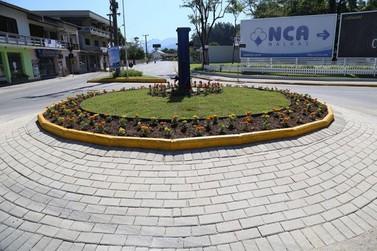 Em Guabiruba, prefeitura padroniza rótulas para melhorar a visibilidade de motoristas