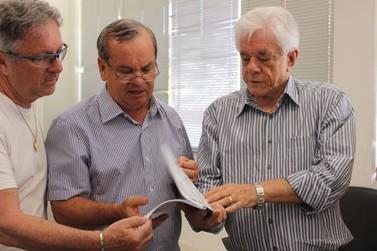 Prefeito entrega revindicações de Brusque ao deputado Peninha