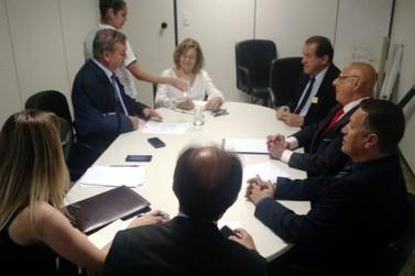 Prefeito José Luiz Cunha e vereador Jean Pirola participam de reunião com secretária nacional de Habitação.