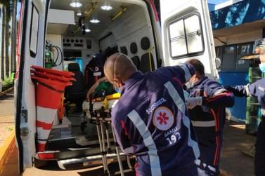 Homem fica gravemente ferido após carro cair sobre ele em posto de combustível