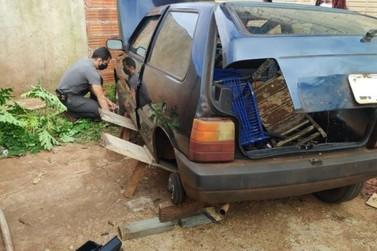 Mulher denuncia furto de carro e homem é flagrado retirando pneus para revender