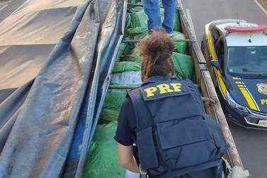 Polícia apreende carga com 50 mil peças de roupas sem documentação fiscal