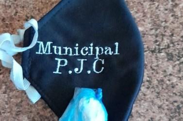 Servidora de prefeitura da fronteira de MS é presa com cocaína na máscara
