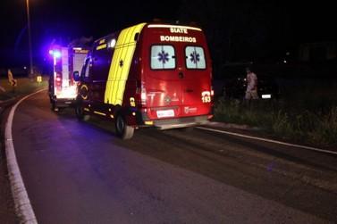 Caminhoneiro fica ferido após choque com barranco na PR-323