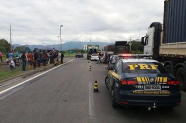 Caminhoneiros seguem com bloqueios em rodovias federais no Paraná