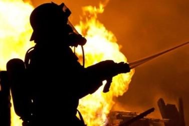 Casa é destruída pelo fogo as margens da rodovia PR-323