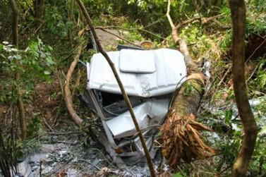 Casal fica ferido após caminhão cair em ribanceira entre Umuarama e Perobal