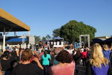 Fiéis participam de missa em apoio aos grevistas na PR-323 em Cruzeiro