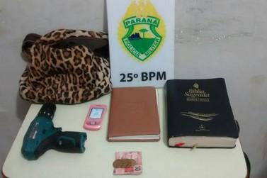 Homem usa furadeira para roubar Bíblia de mulher em Umuarama
