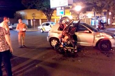 Moto bate em carro e fica de ponta-cabeça em Umuarama