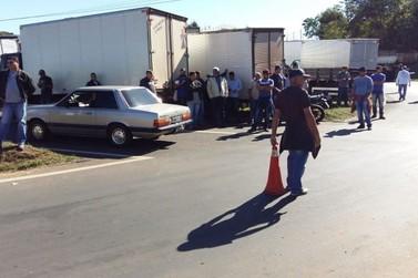 No segundo dia de protesto, PR-323 é parcialmente bloqueada em Umuarama