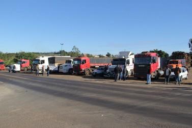Protesto de caminhoneiros fecha trecho da PR-323 em Cruzeiro do Oeste