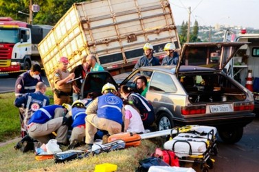 Reboque de carreta desgovernado bate em veículo na PR-323