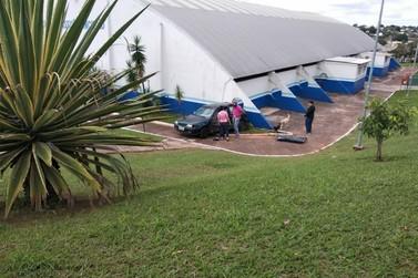 Carro se envolve em acidente e acaba batendo no Ginásio de Esportes em Cruzeiro