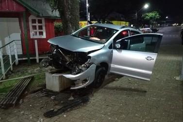 Motorista fica levemente ferido em acidente no centro de Cruzeiro do Oeste