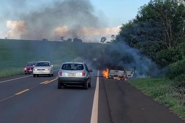 Pane elétrica causa incêndio em veículo na BR-272, em Francisco Alves