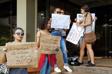 Populares protestam contra liberdade a acusado de estupro de agente da dengue