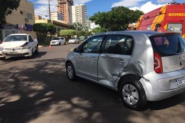 Acidente deixa carros danificados no centro de Umuarama