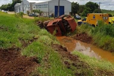 Caminhão cai em tanque deixando duas crianças feridas; motorista foge