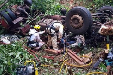 Caminhão com placas de Umuarama cai de ponte e mata motorista e ajudante