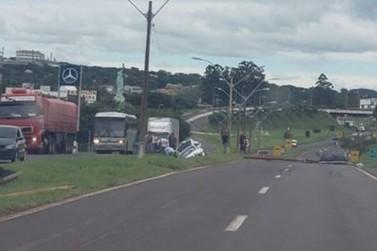 Motorista derruba poste ao desviar de pedestre na PR-323, em Umuarama