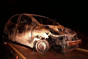 Motorista morre carbonizado após bater em árvore e seu veículo pegar fogo