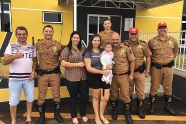 Policiais rodoviários agem rápido e salvam a vida de bebê engasgada