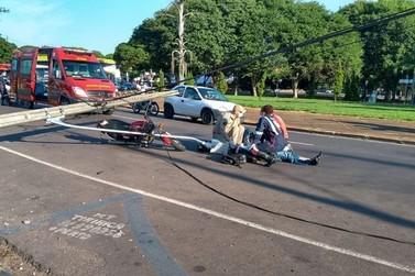 Caminhonete atinge poste, que na sequência, cai sobre motociclista em Umuarama