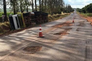 Condutor fica ferido após caminhão tombar na PR-180