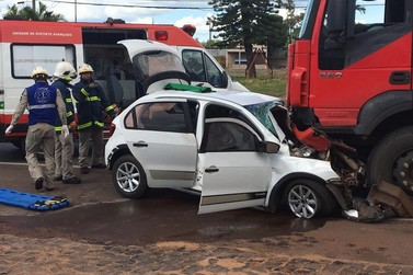 Mulher fica presa em ferragens de veículo após acidente na PR-323, em Umuarama