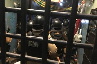 Presos tentam dificultar entrada de PMs na cadeia de Umuarama e acabam feridos