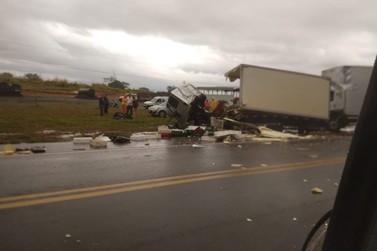 Acidente entre dois caminhões é registrado na PR-323, em Perobal