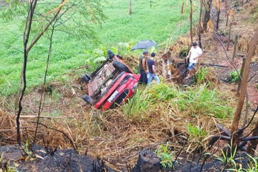 Batida entre veículos deixa condutor ferido na PR-323, em Perobal