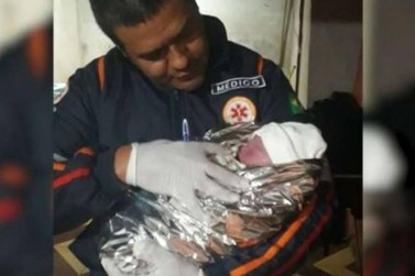 Bebê surpreende e pai faz parto do filho durante a madrugada