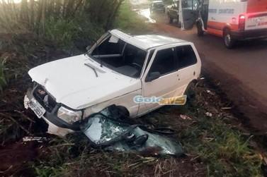 Buraco provoca acidente e motorista é ejetado para fora do carro na PR-486
