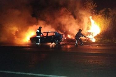 Carro fica destruído após incêndio na Rodovia PR-323, em Cianorte