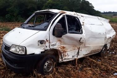 Motorista morre em acidente entre van e caminhão na PR-486, em Alto Piquiri