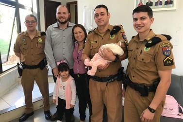 Policiais de Cruzeiro que salvaram bebê engasgada se reencontram com a família