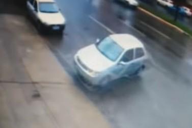 Vídeo mostra jovem sendo ejetada de carro e atropelada em avenida de Maringá