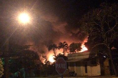 Bombeiros são mobilizados para controlar incêndio em barracão em Alto Piquiri