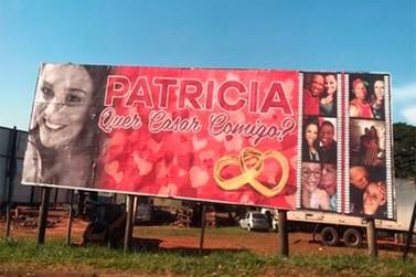 Morador de Umuarama pede namorada em casamento por mensagem em outdoor