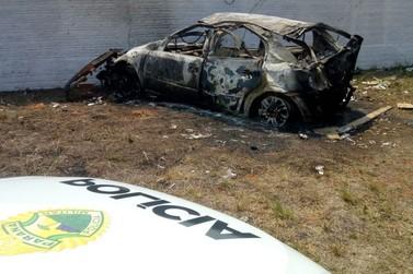 Carro com cigarro contrabandeado bate em muro e pega fogo em Umuarama