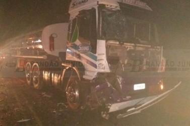 PR-486: rodovia fica interditada por 3 horas após acidente envolvendo caminhões