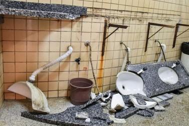 Vândalos destroem pias dos banheiros da Estação Rodoviária de Umuarama