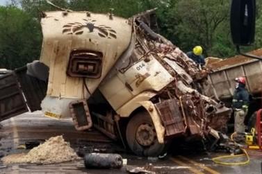 Batida entre caminhões na região de Cianorte mata dois motoristas