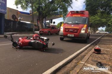 Homem se fere em acidente entre moto e carro no Centro de Umuarama