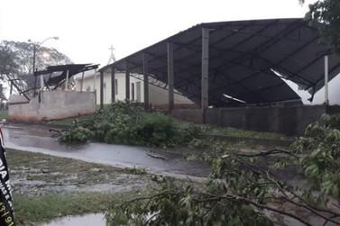 Temporal arranca telhado de igreja e destelha casas em Porto Camargo; VÍDEO