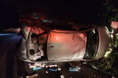 Contrabandista de cigarros morre após capotar e bater em árvore na PR-323
