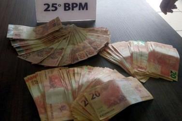 Jovem é preso depois de postar foto com quase R$4 mil em notas falsas
