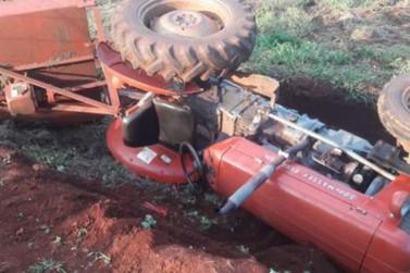 Trator derrapa em terreno lamacento, tomba e mata trabalhador em Apucarana